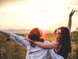 dwie przyjaciółki wspólnie spędzają czas przy zachodzie słońca