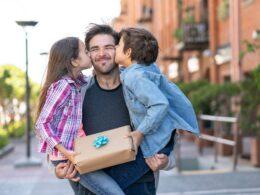ojciec na spacerze ze swoimi dziećmi w parku