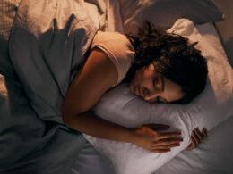 kobieta w łóżku w trakcie zasypiania